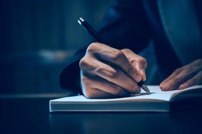 Wie lautet die korrekte Anrede in Briefen und E-Mail?