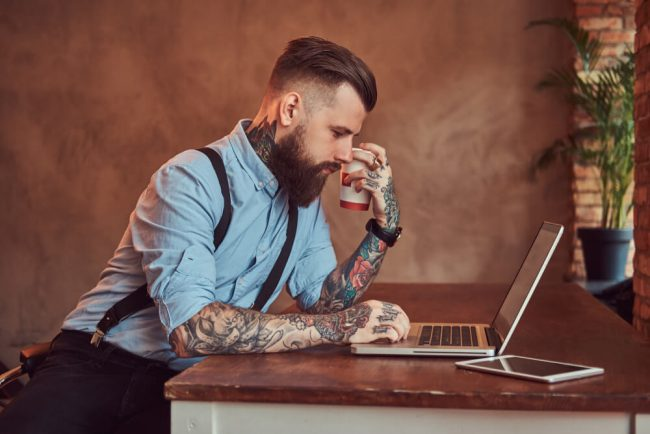 Kann ich mit Tattoos und Piercings zum Vorstellungsgespräch gehen?